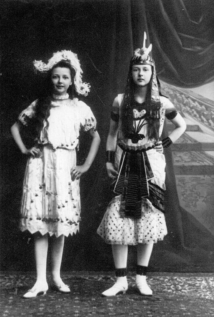 Дочери П.А.Столыпина Александра (слева) и Ольга в маскарадных костюмах