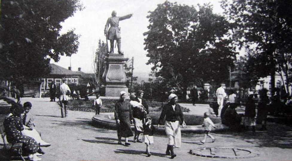 Monument to Peter the Great in Voronezh, 1920s.jpg