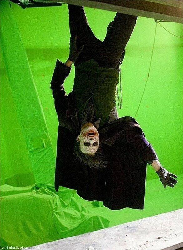 «Темный рыцарь» Хит Леджер готовится к последней сцене фильма, когда Джокер свисал с небоскреба.jpg