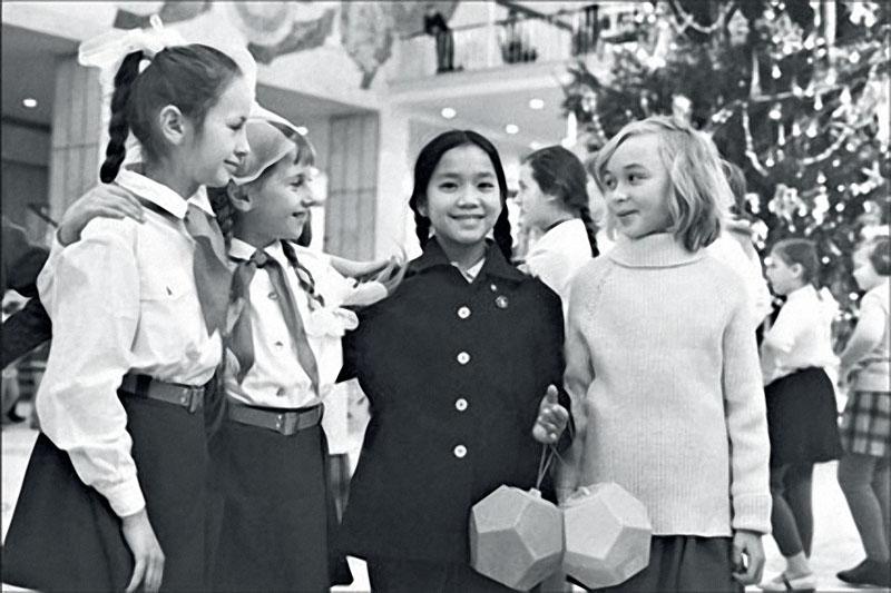 1970. Во Тхи Лиен, девочка из южновьетнамской общины Сонгми, на кремлевской елке среди пионеров.jpg