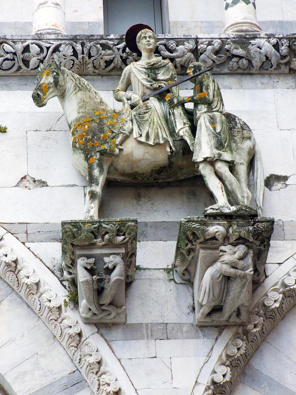 Одна из скульптур на стене Собора Святого Мартина (Cattedrale di San Martino ) в городе Лукка (Lucca)