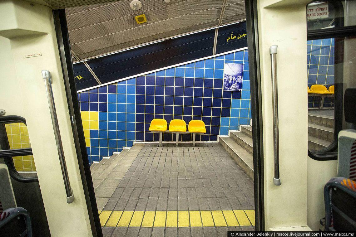 13 Станции отделаны разноцветной плиткой. Ярко, симпатично, но ничего особенного. Переходы очень нап
