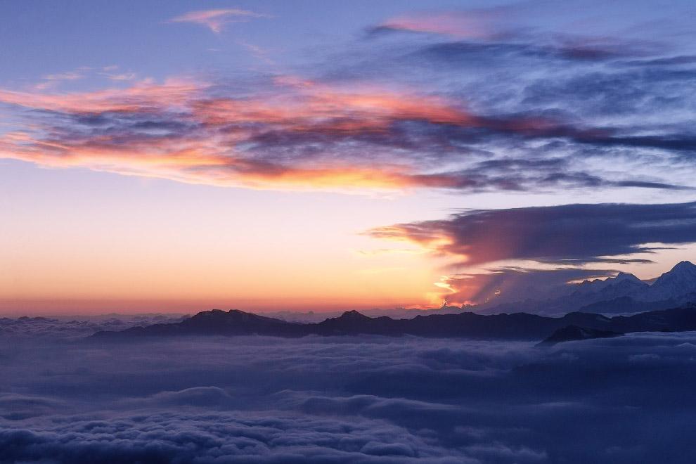 15. Где последние лучи уходящего солнца золотят небесный прибой.
