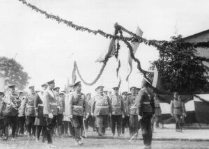 Командующий парадом отдает рапорт императору Николаю II и германскому императору Вильгельму II.