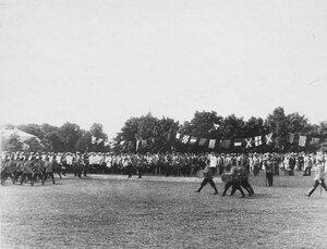 Император Николай II и сопровождающие его лица принимают парад почетного караула.