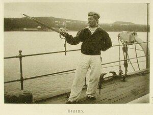 Матрос на палубе одного из крейсеров эскадры демонстрирует оружие-палаш