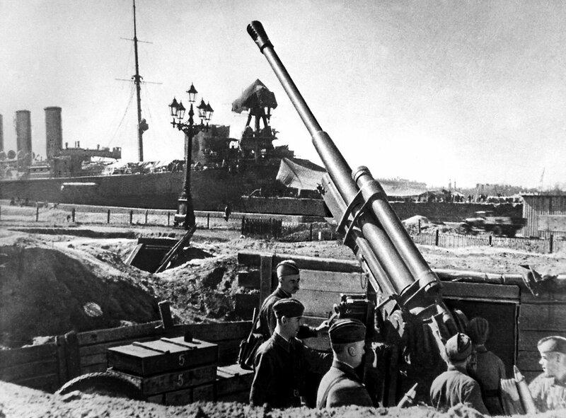 85-мм зенитная пушка 52-К обр. 1939 года у Адмиралтейской набережной