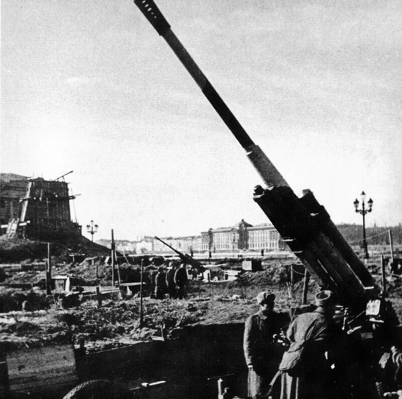 Батарея 85-мм зенитных орудий 52-К на площади Декабристов (в настоящее время Сенатская площадь)