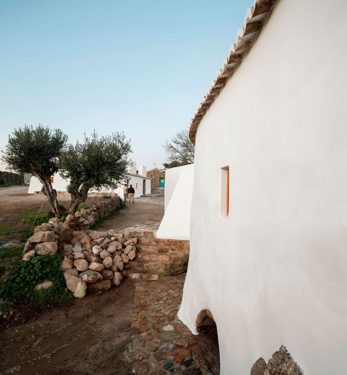 Pereira Miguel Arquitectos, Casas Caiadas, дома в Португалии, частный дом в Лиссабоне, португальская архитектура, интерьер дома под старину, план дома