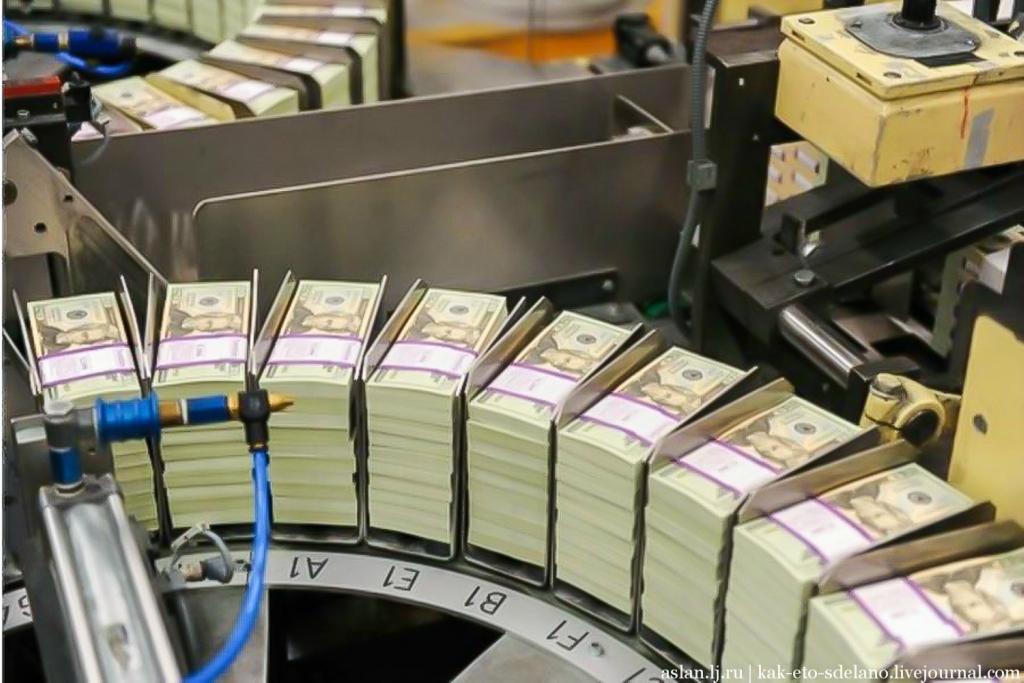 В цехе, куда попадают готовые доллары США на конечном этапе изготовления, листы наконец разрезают. После чего считают и упаковывают.