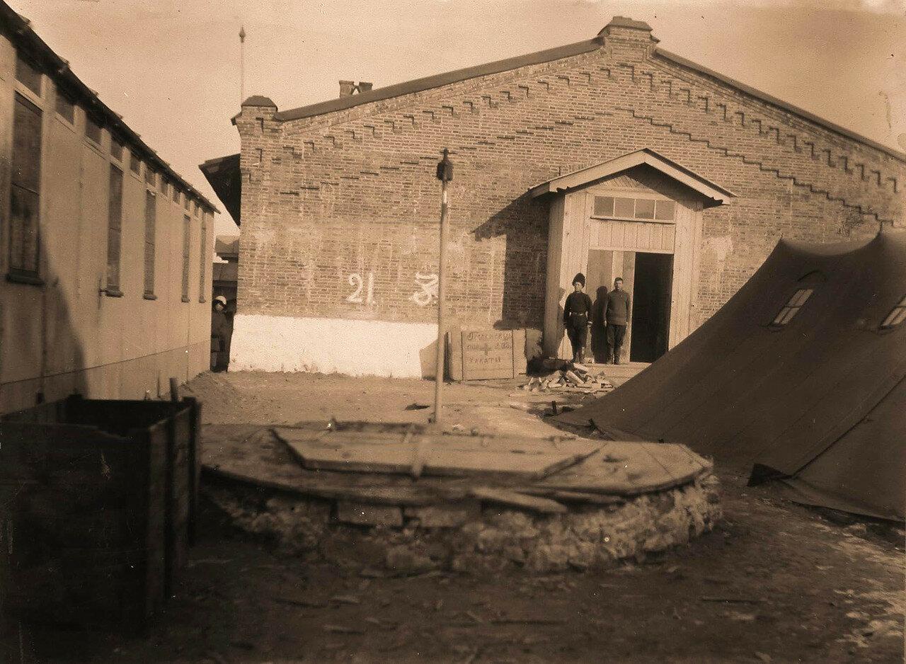 01. Служащие у входа в здание лазарета