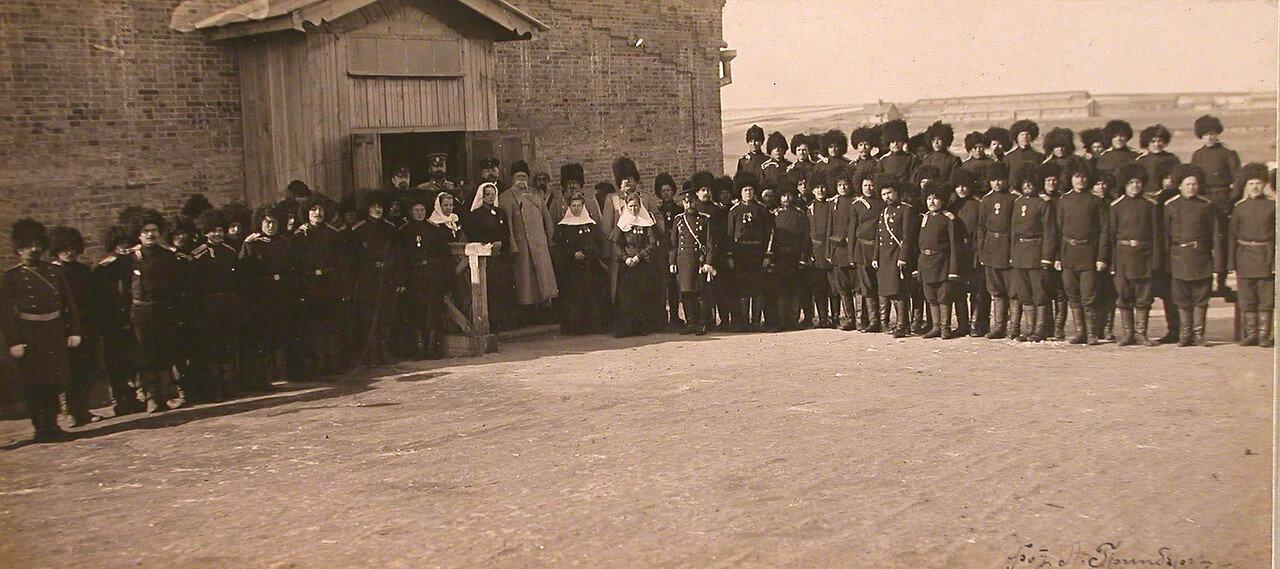 33. Персонал полевого лазарета, военные чины у входа во время посещения лазарета Главнокомандующим