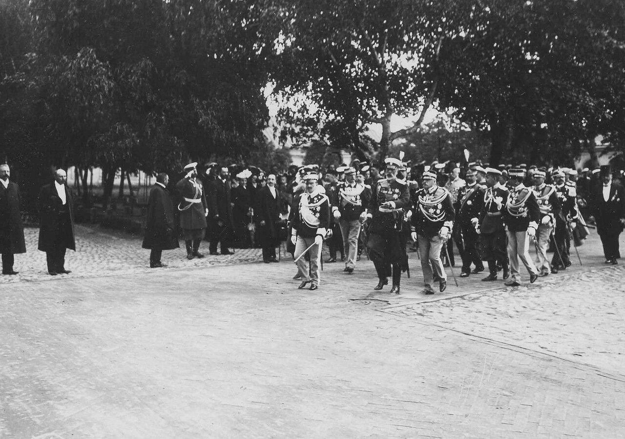 34. Итальянский король Виктор Эммануил III и сопровождающие его лица направляются от Невских ворот к Петропавловскому придворному собору