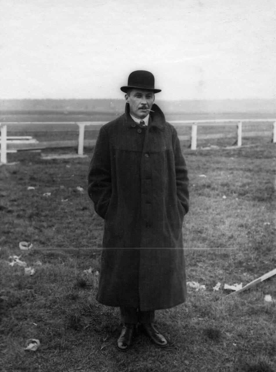 10. Авиатор, член аэроклуба, Крумм (на лётном поле). 1910 - 1912