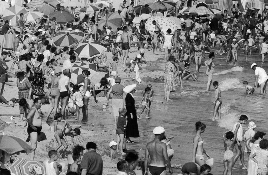 1959. На пляже