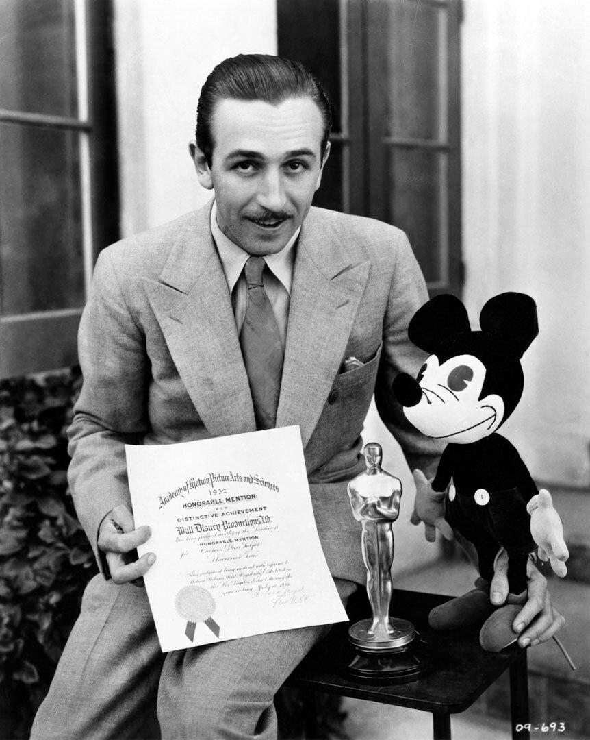 1932.  Уолт Дисней — за создание Микки Мауса. Награда за выдающиеся заслуги