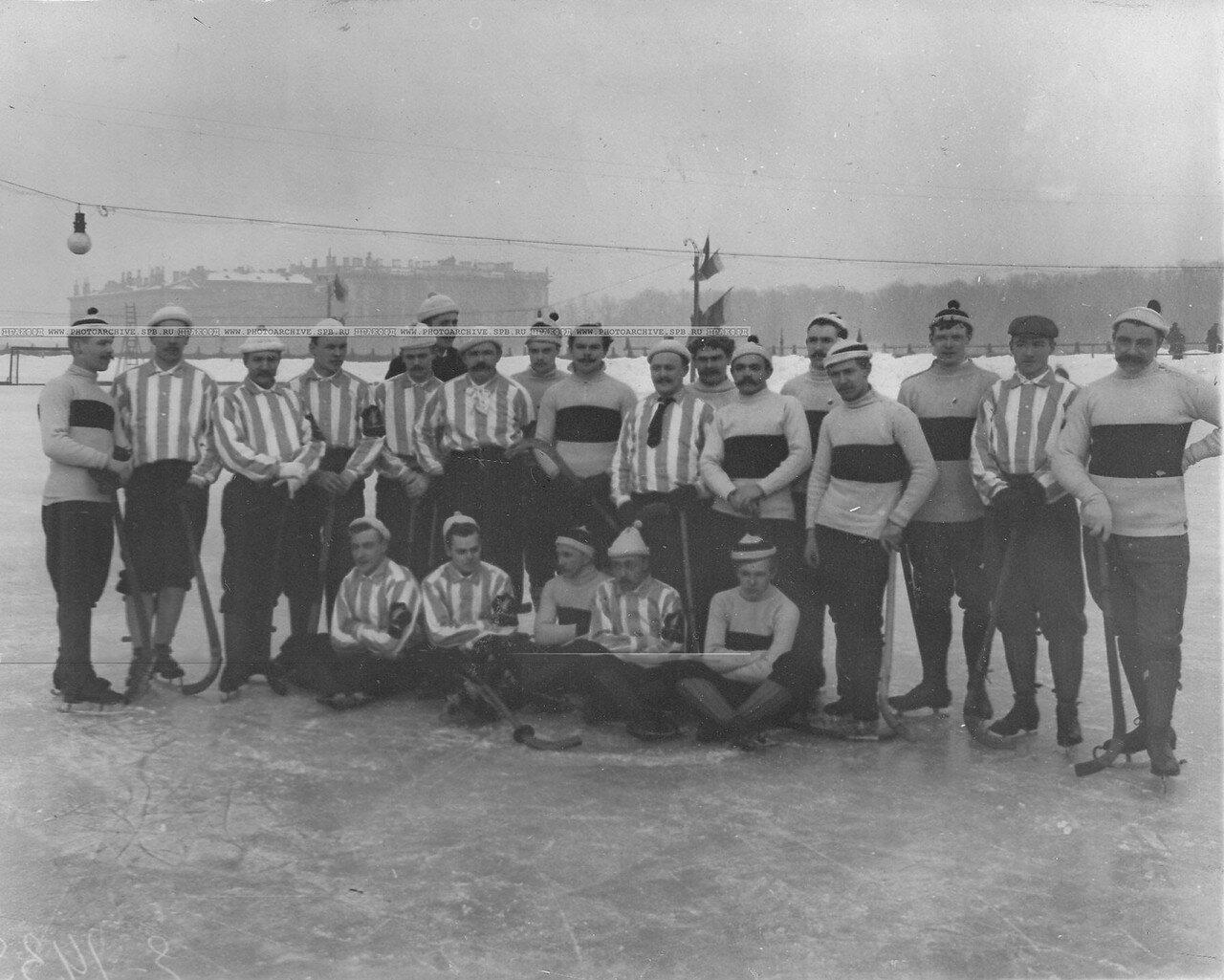 23. Члены хоккейных команд Общества любителей бега на коньках и Общества Унион, состязавшихся на Марсовом поле. 1913-1914