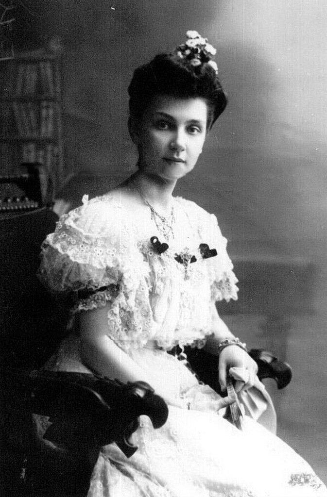 Старшая дочь П.А.Столыпина Мария в бальном платье в кресле