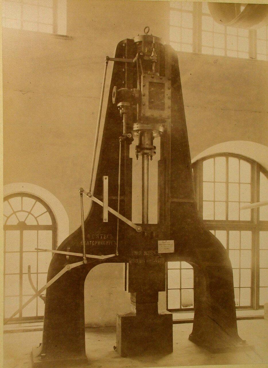 82.  Общий вид парового молота фабрики Ятес в горнозаводском отделе выставки