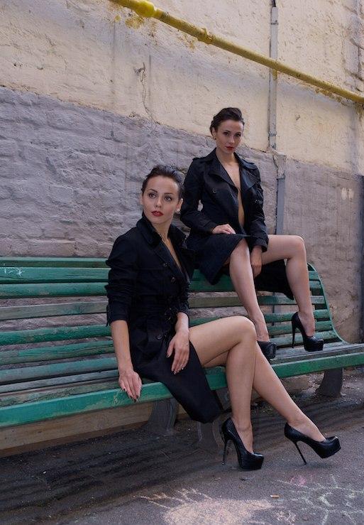 Две обнажённые девушки гуляют по осеннему Киеву 25