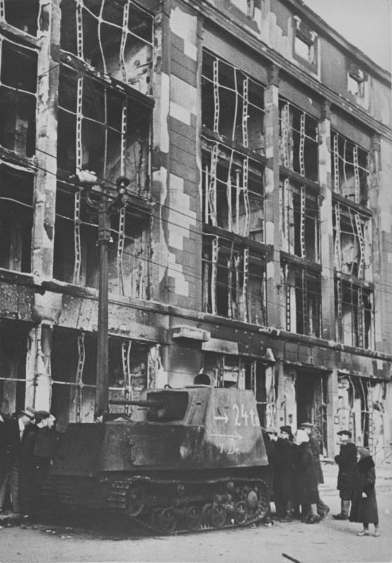 Жители Харькова у брошенного бронированношо трактора ХТЗ-16