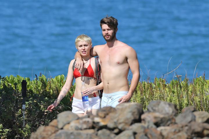 Новости шоу бизнеса стори: Патрик Шварценеггер с Майли Сайрус отдыхают на Гавайях