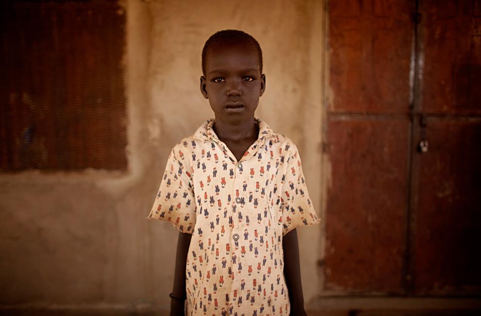 27. Марта Абием Денг позирует для фото в лагере для беженцев в Туралеи. Его семья пешком пришла из г