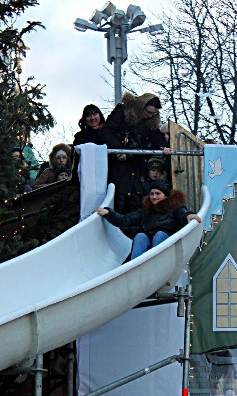 Катание с горки под главной ёлкой Киева