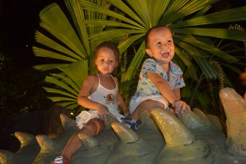 Дети оседлали динозавра