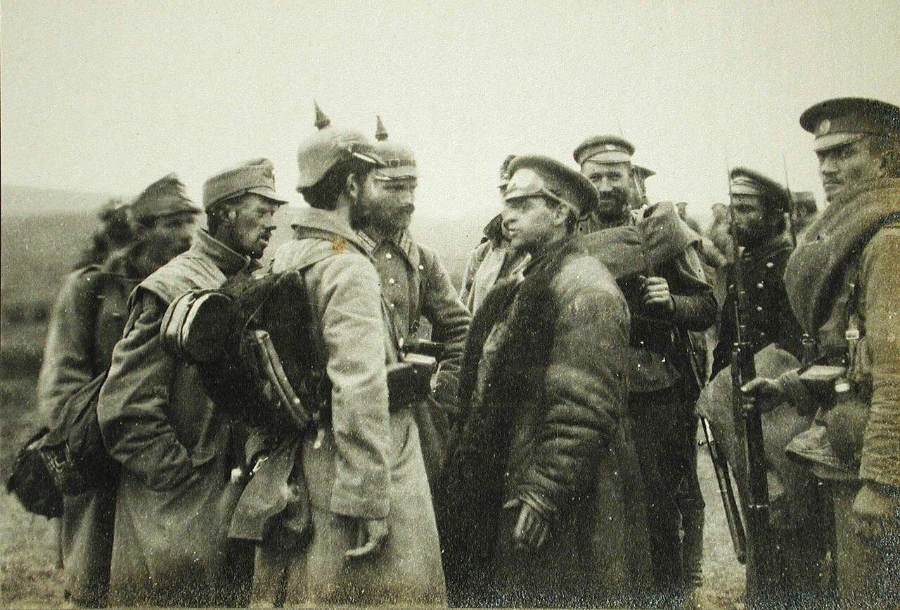 61.  Корреспондент газеты «Таймс» Стэнли Уошбурн (в центре) беседует с немецкими и австрийскими пленными