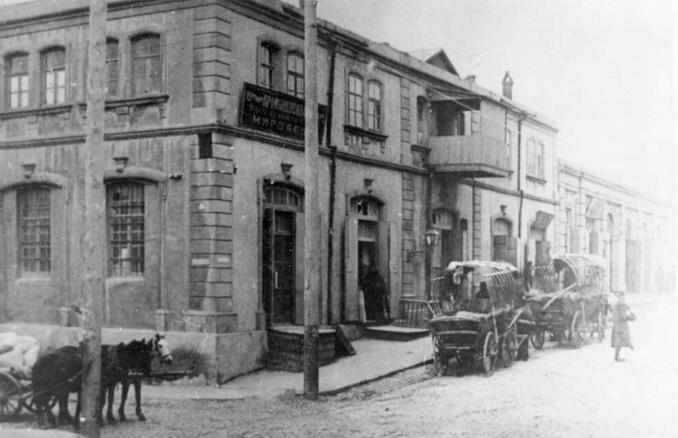 Жилые дома и торговые ряды в районе ул. Чадровой. 1895