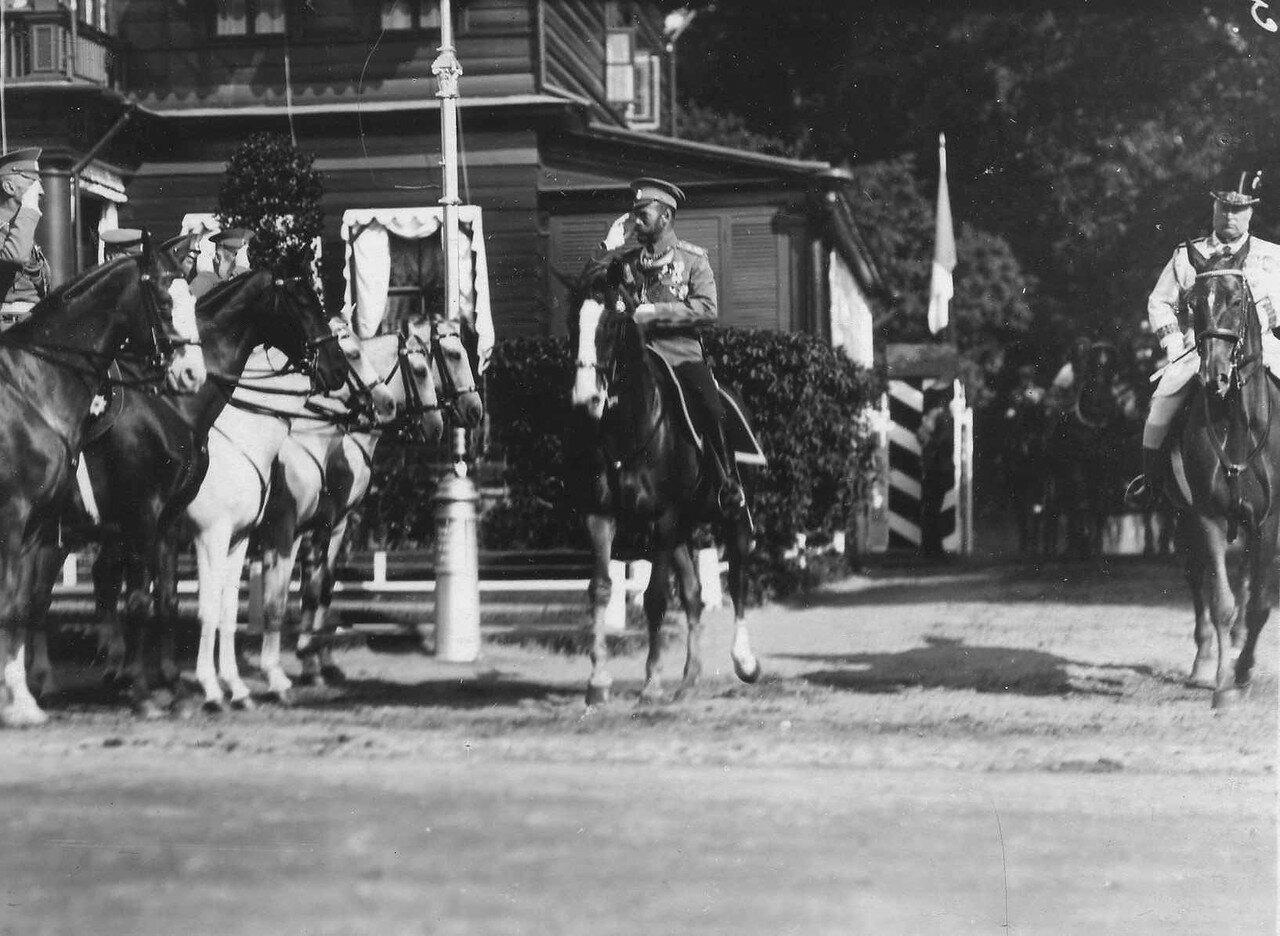 94. Император Николай II приветствует конных генералов