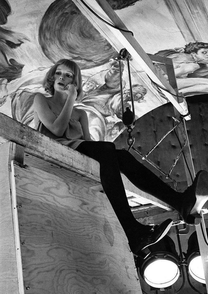 1967. Миа Фэрроу сидит на строительных лесах на съемках «Ребенка Розмари»