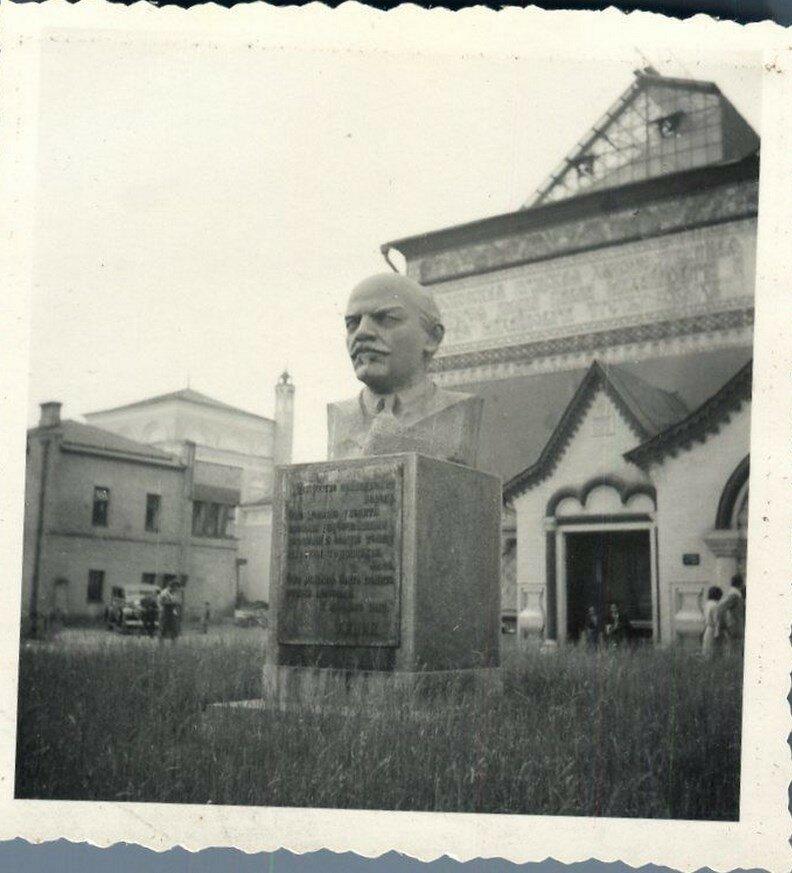 Третьяковская галерея и статуя Ленина