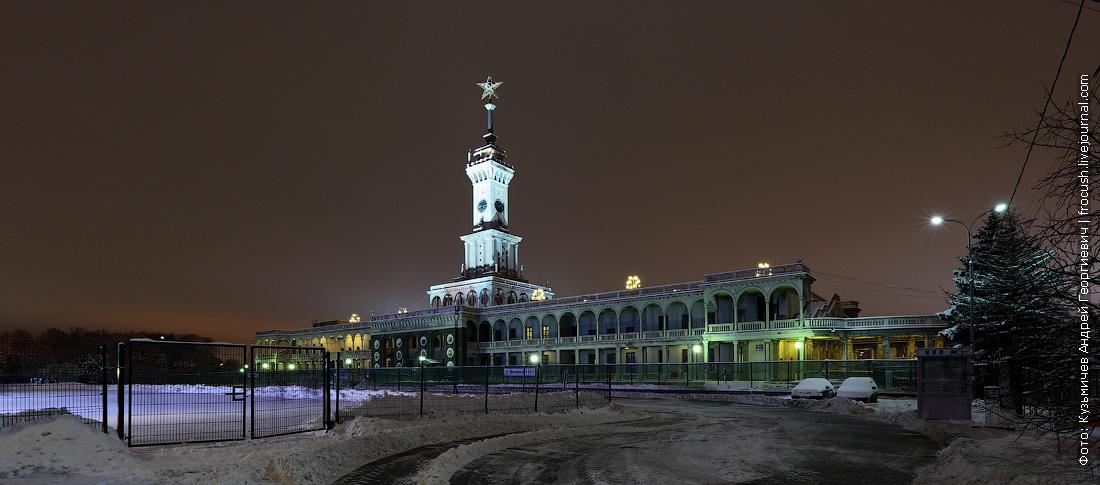 здание Северного речного вокзала зимой ночью