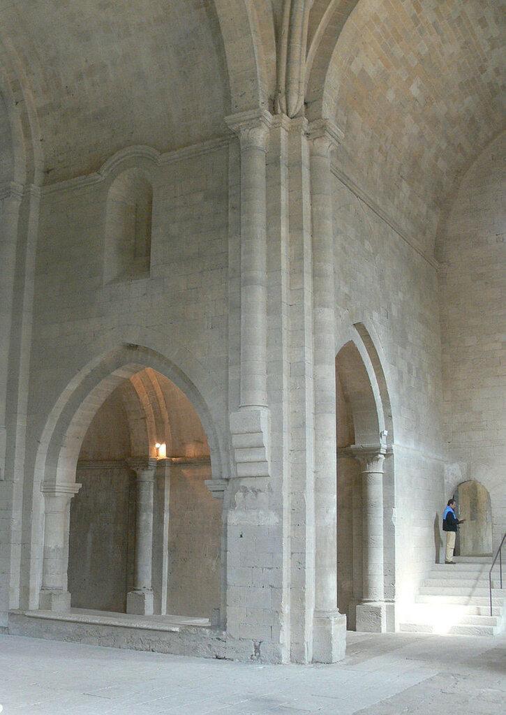 Abbaye_de_Silvacane_-_transept_nord_et_collatéral_gauche.jpg