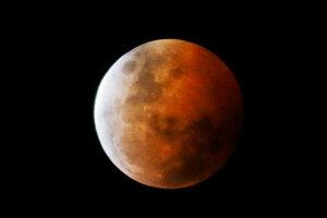 Ночью можно было наблюдать затмение кровавой Луны