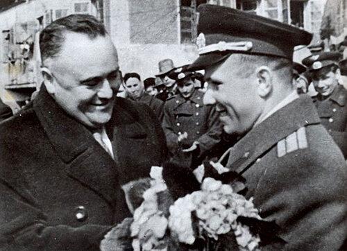 23 Королев поздравляет Гагарина с успешным завершением первого полета в космос, 29 апреля 1961 года.jpg