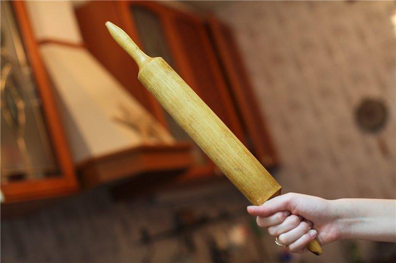 скалка в руке женщины
