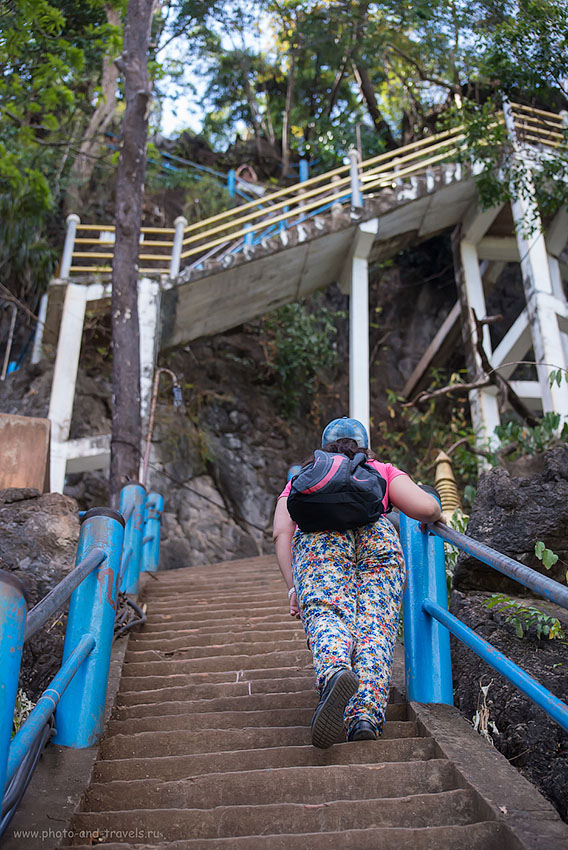 Фотография 10. Крутые лестницы на вершину горы Wat Tam Suea, куда ездят на экскурсии из Краби. Отчет об отдыхе в Таиланде зимой 2015 года (2500, 70, 4.5, 1/2000)
