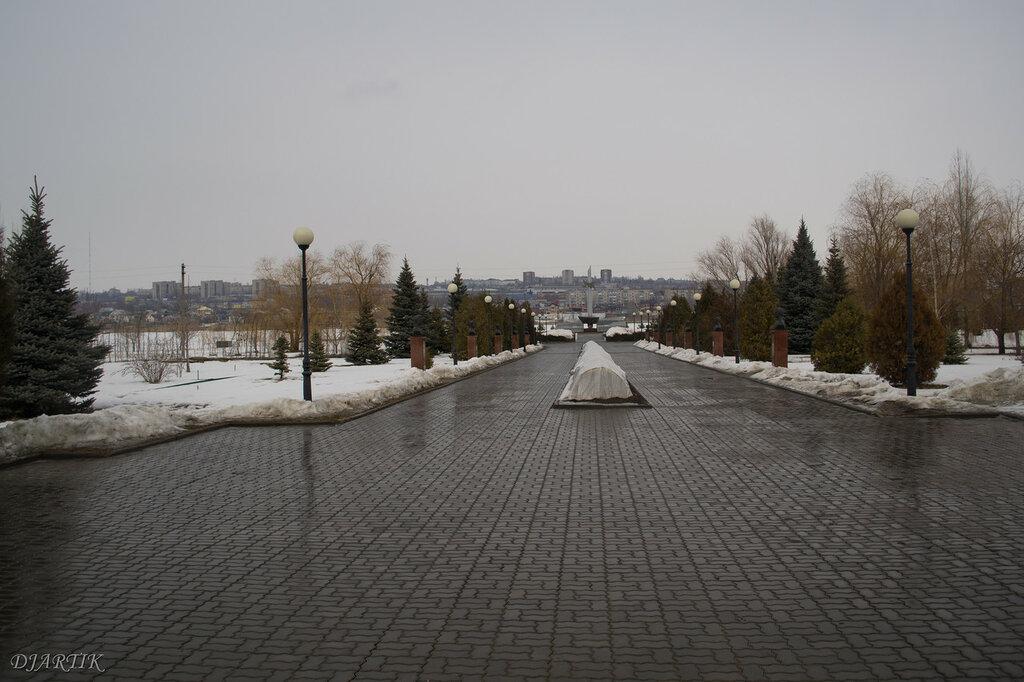 аллея героев и памятник в честь 50-летия Победы в Великой отечественной войне