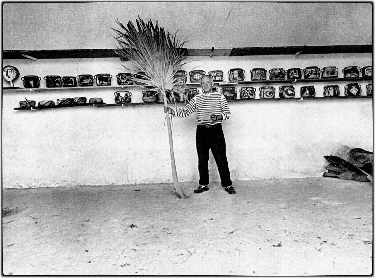 1952. Пабло Пикассо у себя дома