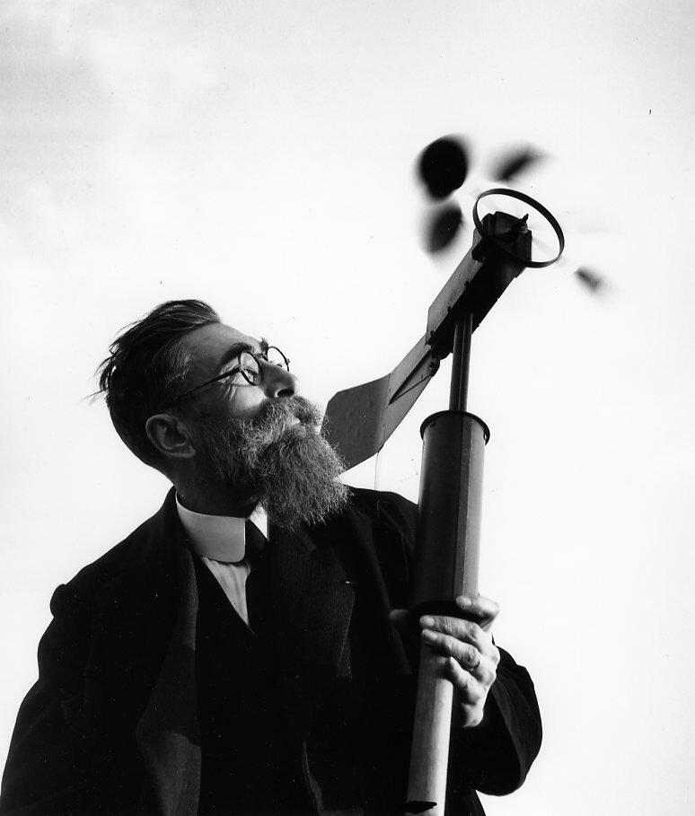 1943. Метеоролог смотрит на анемометр