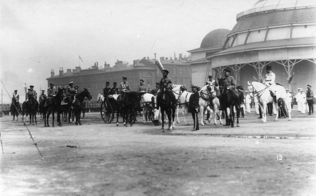 05. Император Николай II со свитой на Марсовом поле во время смотра.  1 августа 1912