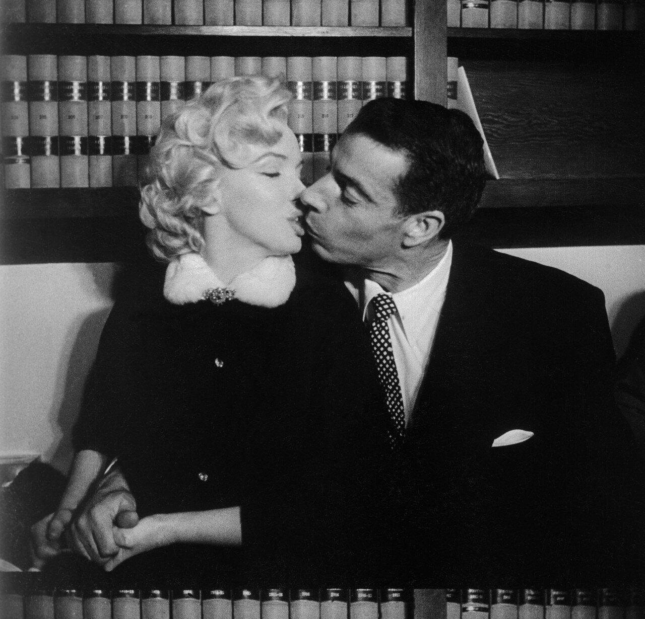 Marylin Monroe and Joe DiMaggio Kissing After Marriage