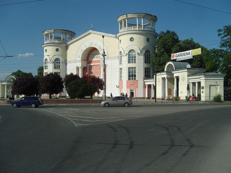 кинотеатр и красные деревья