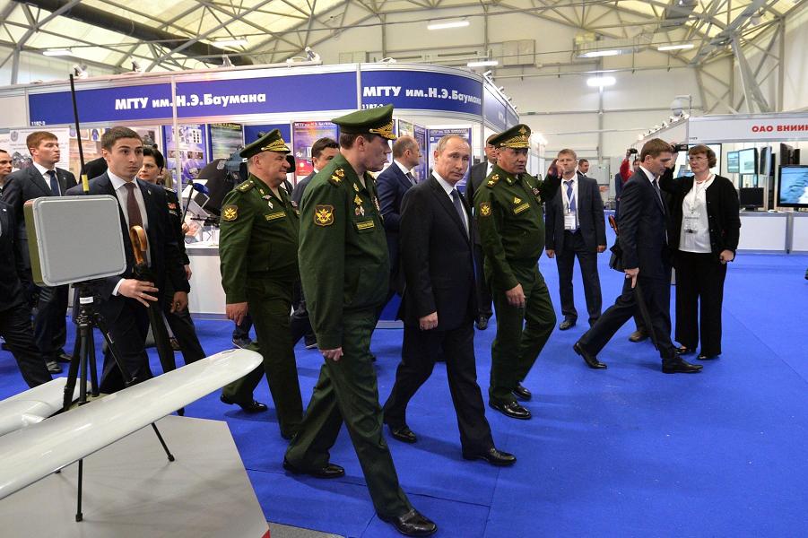 Путин и военное руководство на Армии-2015.png
