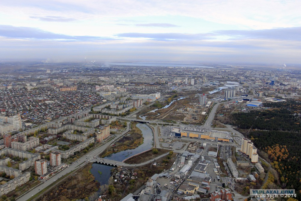 Снизу - мост у поселка Мелькомбината, выше - мост по Северо-Крымской возле ТРК Родник. Еще выше можно разглядеть другие мосты в центре Челябинска (02.12.2014)