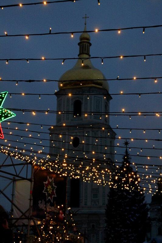 Световые гирлянды на фоне Софиевской колокольни