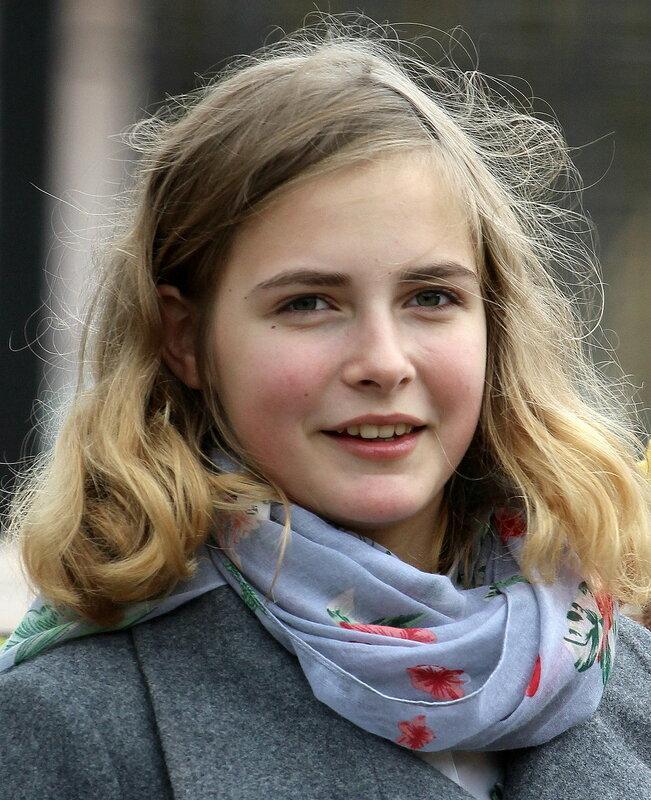 Случайный портрет молодой девушки